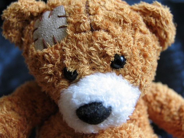 Wer einen Riesen Teddy reparieren möchte, kann auf Profis zurückgreifen.